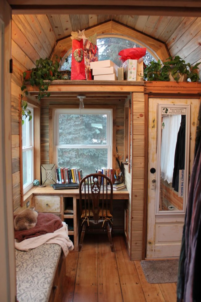 Очень уютный вариант оформления рабочего пространства, на основе подоконника-столешницы, в коридоре частного дома за городом