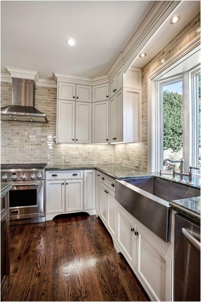 Лаконичная кухня с подоконником-столешницей, плавно переходящим в кухонный гарнитур