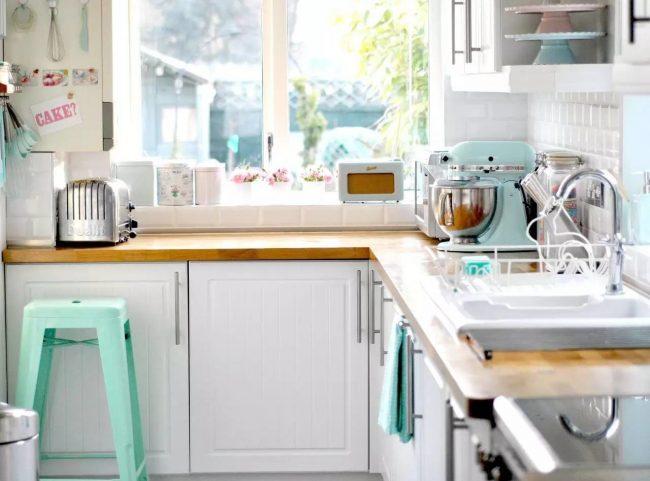 В кухонный гарнитур под подоконником-столешницей вы можете встроить необходимую электротехнику