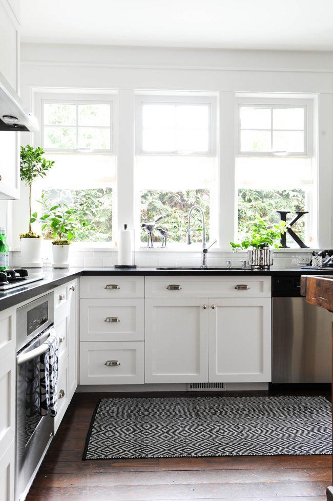 Светлая кухня с подоконником-столешницей имитирующим натуральный черный мрамор