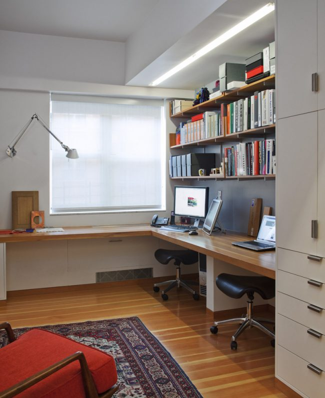 Угловой подоконник-столешница - хороший вариант для оформления рабочего пространства школьника. Его можно дополнить полками и шкафом пеналом для большего удобства