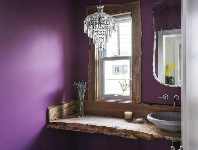 Очень атмосферная ванная комната с подоконником-столешницей из натурального массива