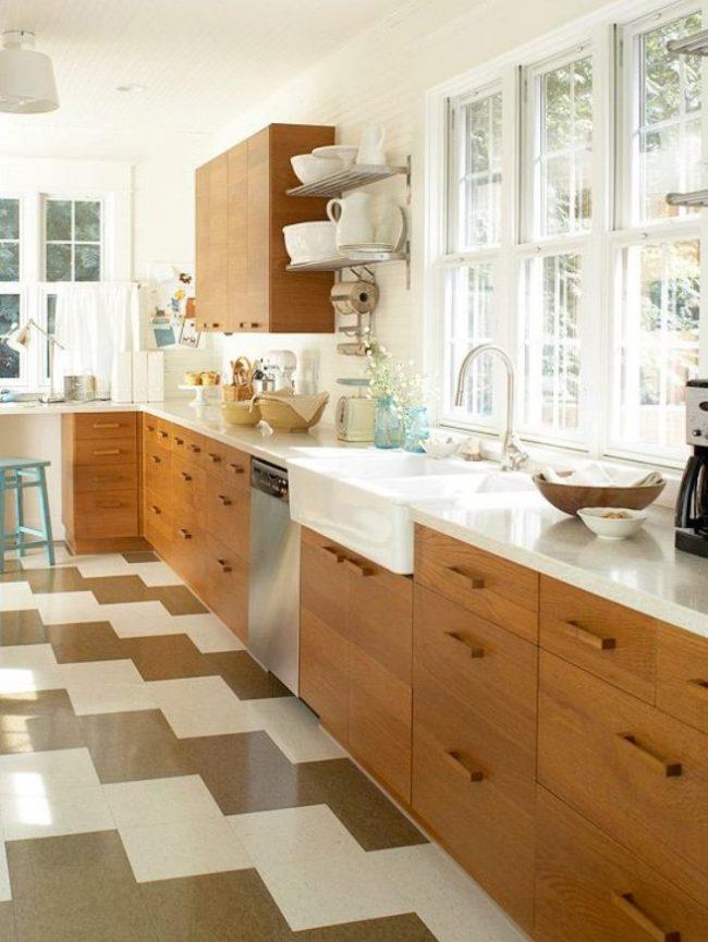 Просторная кухня в светлых тонах с практичным подоконником-столешницей