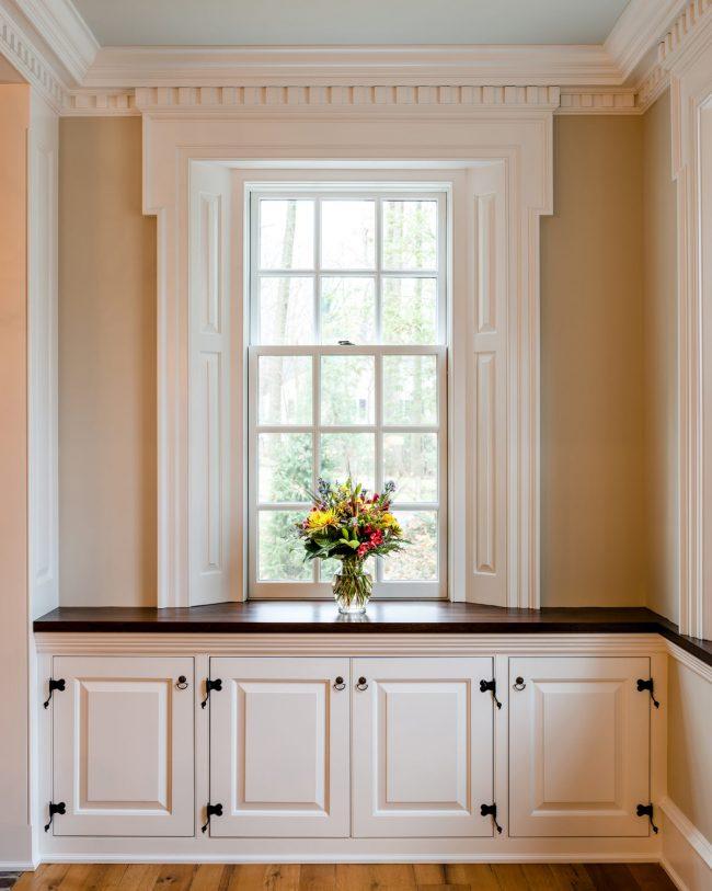 Вы можете организовать дополнительное пространство для хранения вещей в коридоре вашего дома под оригинальным подоконником-столешницей