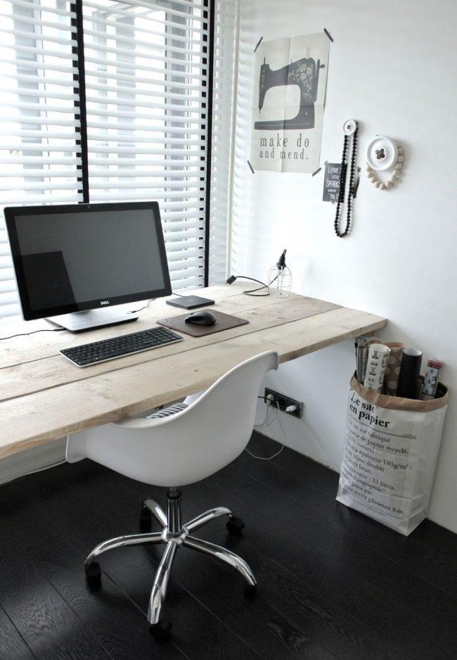 Простой подоконник-столешница из натурального дерева отлично подойдет для оформления небольшого рабочего места