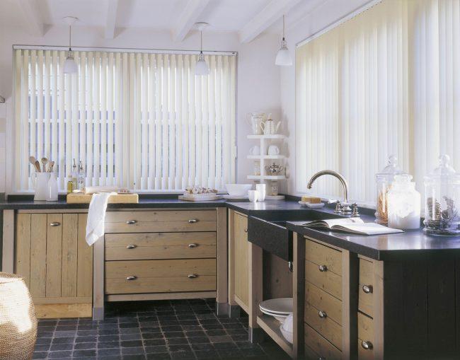 Подоконник-столешница в комнате: атмосферная кухня с деревянным кухонным гарнитуром, и очень удобным в использовании подоконником-столешницей