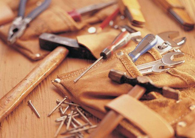 Инструментарий, необходимый для изготовления поленницы для дров достаточно незамысловатый и найдется практически в любом доме