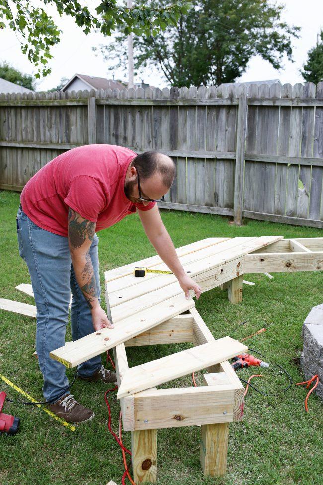 При изготовлении поленницы для дров можно пофантазировать и соорудить конструкцию нестандартной формы