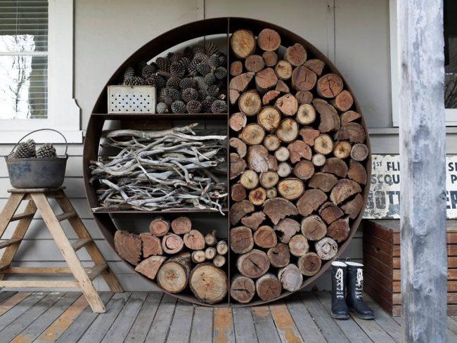 Поленница для дров может стать элегантным элементом декора вашего домашнего участка