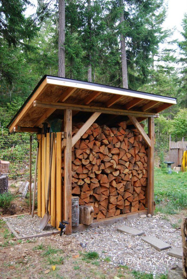 Постарайтесь обеспечить отсутствие контакта поленницы для дров с грунтом, после чего можете приступать непосредственно к сборке каркаса