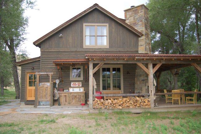 Под просторным навесом у входа в дом можно выделить немного места для укладки дров