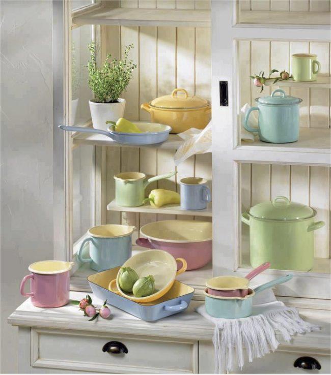 Простая эмалированная посуда отлично подойдет для индукционной плиты