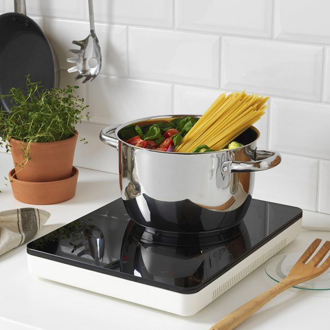Основное требование для посуды, которая будет использоваться на индукционной плите - наличие дна из ферромагнитных сплавов