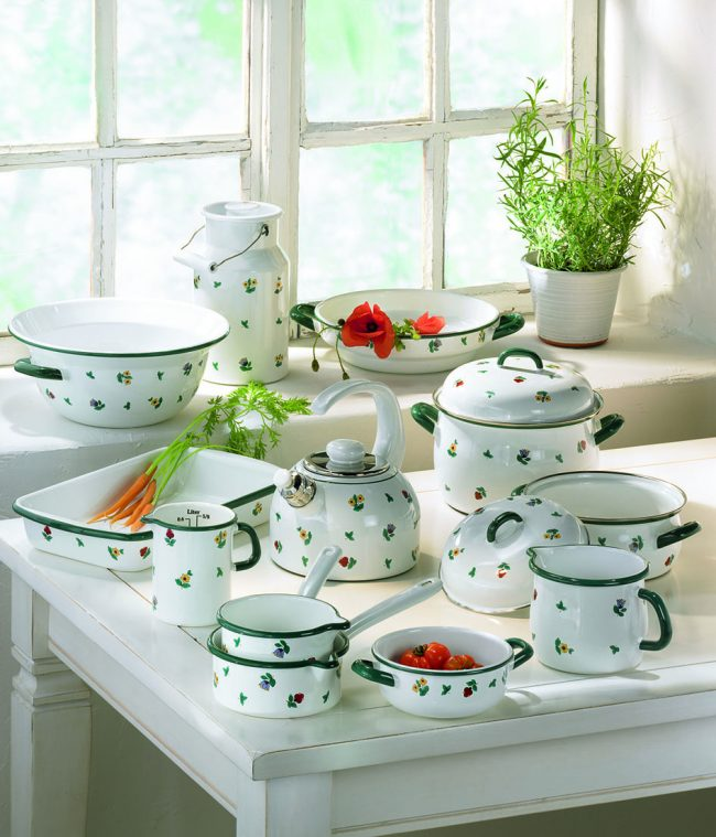Старенькая эмалированная посуда отлично подойдет для пользования на индукционной поверхности