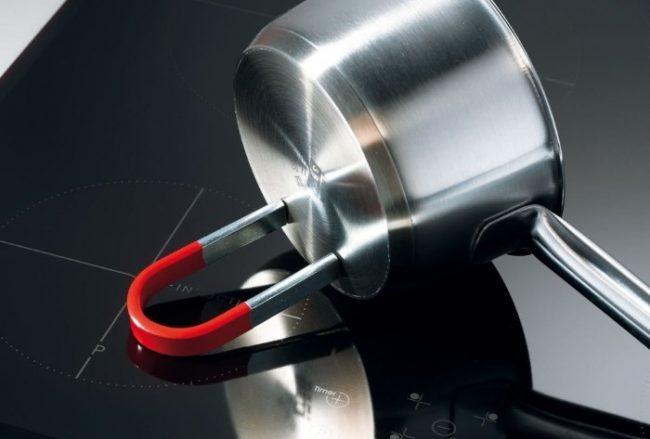 Тестирование магнитом дна посуды на наличие ферромагнитного сплава
