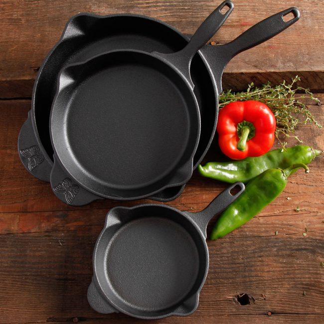 Широкое дно и низкие стенки позволят пище быстрее приготовиться