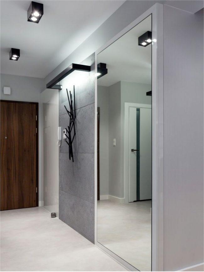 Зеркальный встроенный шкаф-купе в небольшой прихожей
