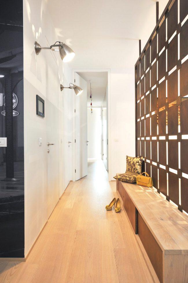 Интересная узкая прихожая с минимальным количеством мебели