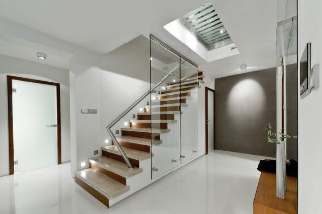Межкомнатные двери из матового стекла прекрасно выигрышно сморятся в интерьере стиля хай-тек