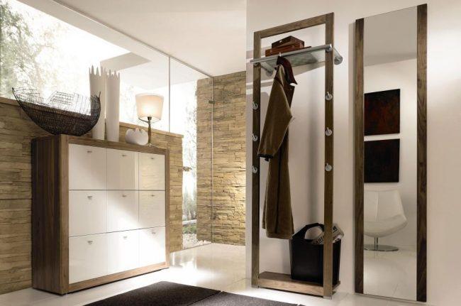 Небольшая хромированная труба для одежды заменит шкаф в прихожей