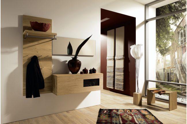 Наличие самой необходимой мебели в прихожей хай-тек поможет сэкономить пространство