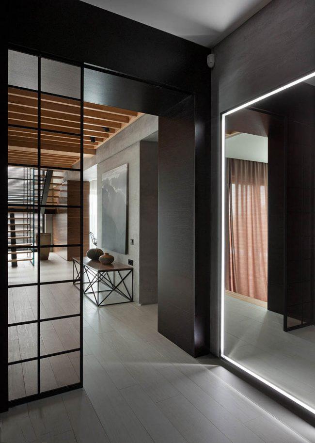 Выдвижные двери с витражами, отгораживающие прихожую