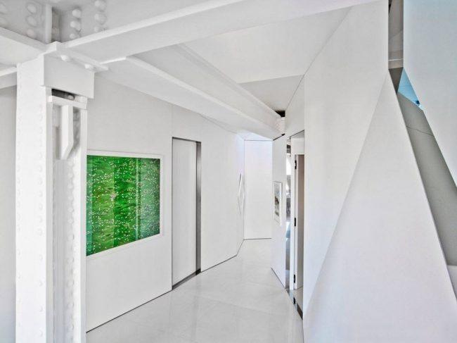 Яркая картина оживит белоснежный интерьер прихожей