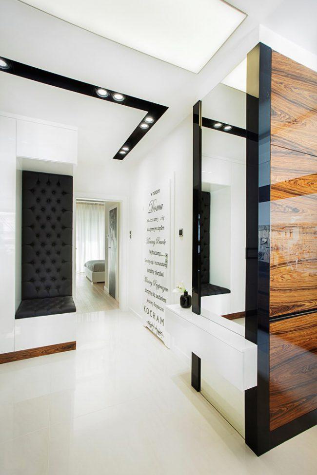 Красивый дизайн черно-белой прихожей с элементами стекла и дерева