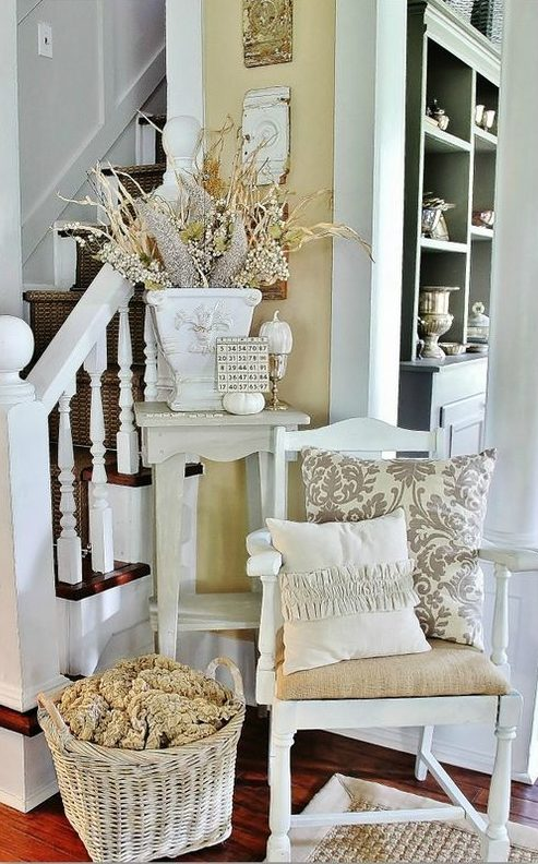 """Прихожая в стиле """"Прованс"""" может стать украшением дома благодаря обилию элементов декора: плетеных корзин, подушек на стульях, цветастых ковров и декоративных ваз"""