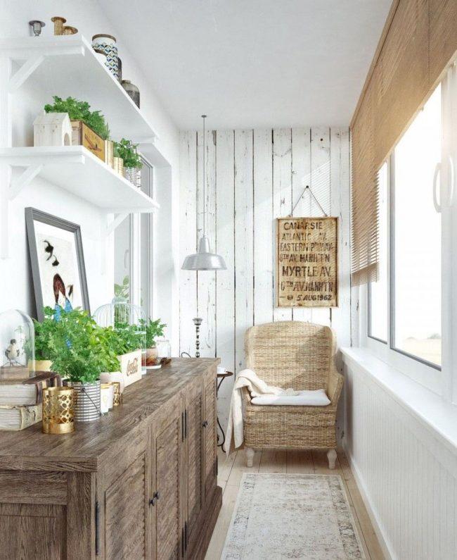 Светлые стены, зелень на полках, плетеное кресло и дерево в отделке прихожей в стиле прованс