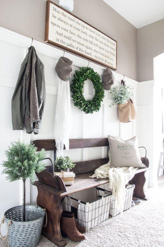 Растения в горшочках, корзины, деревянные скамейки в прихожей в стиле прованс