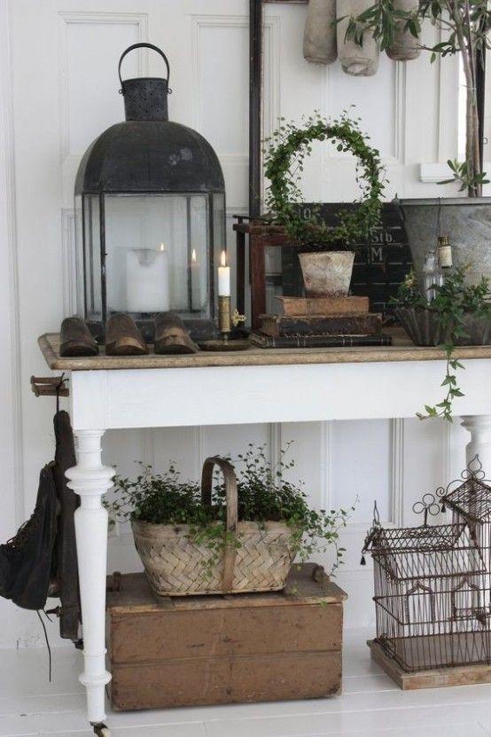 прихожая в стиле прованс: на консольном столике могут стоять подсвечники, фонари, клетки и другие деревенские элементы декора