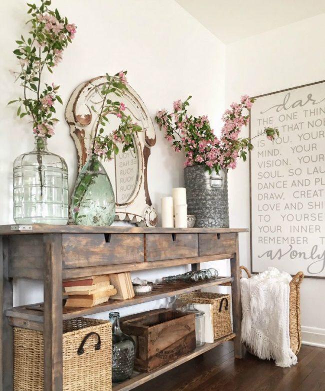 Консольные столики в прихожей в стиле прованс обязательно имеют открытые полки, на которых хранятся картины, вещи в плетеных корзинах и другие важные аксессуары