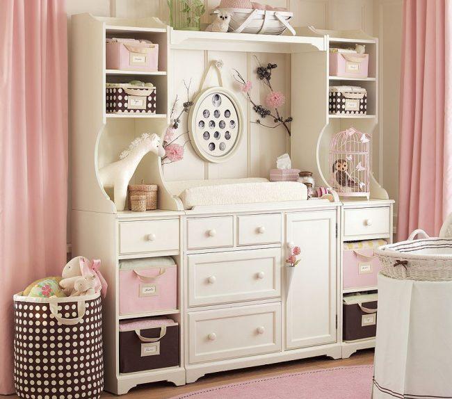 Комод в детской комнате в бело-розовых тонах