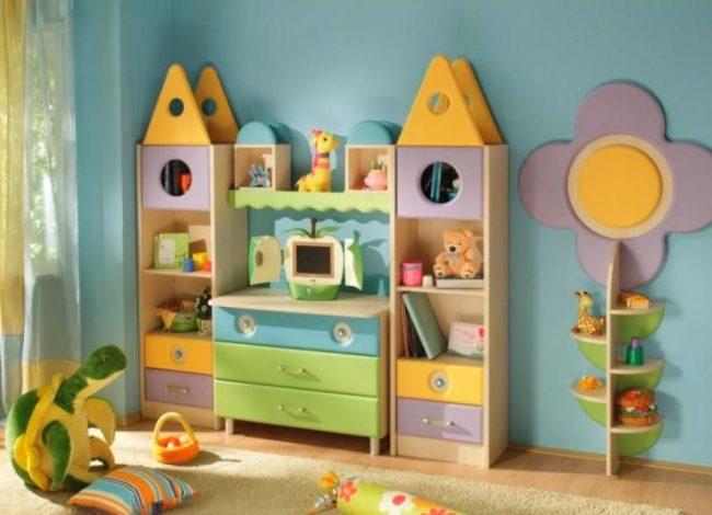 Яркий разноцветный шкаф в форме замка