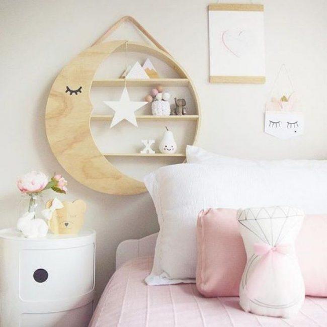 Подвесной шкафчик в форме месяца в детской комнате