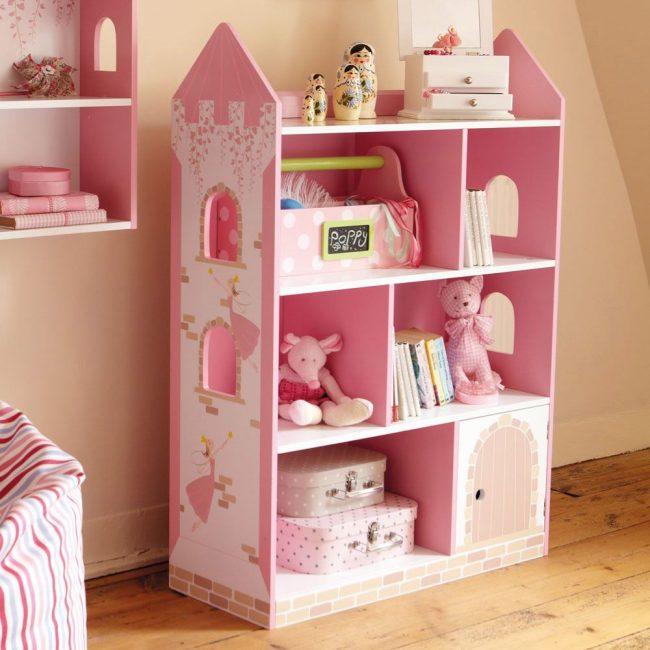 Шкаф в виде замка в комнату девочки