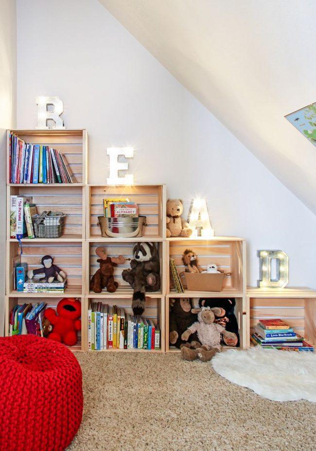 Открытый деревянный стелаж - универсальная мебель в любую детскую комнату