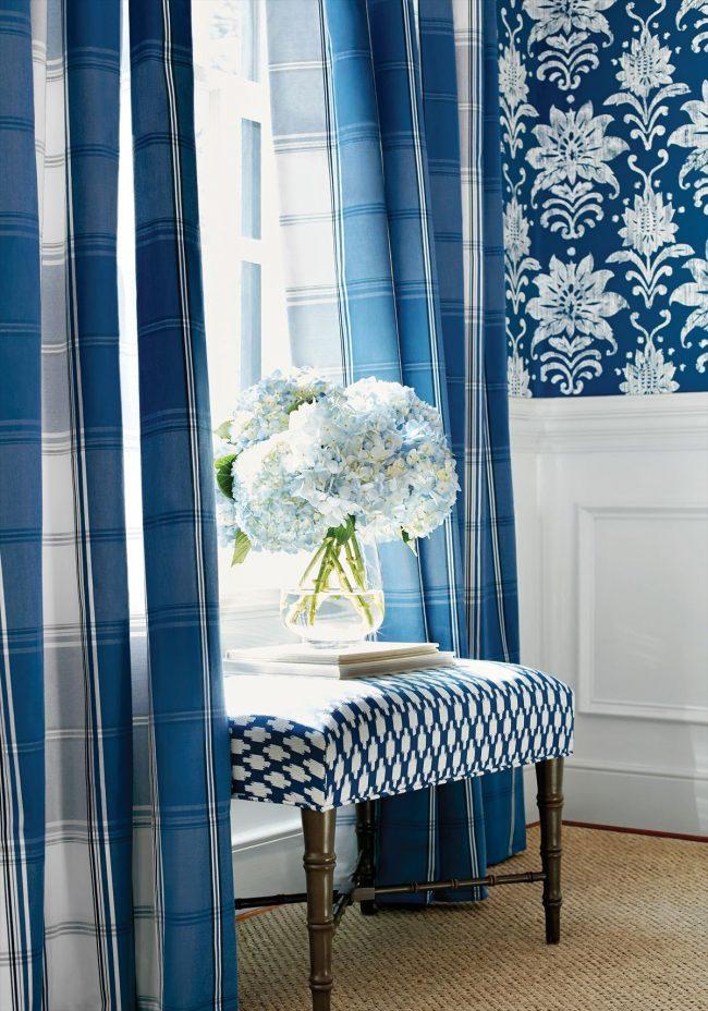 Синие обои: фото - красиво будут смотреться в интерьере комнаты клетчатые шторы и синие обои с цветочным узором