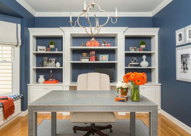 Кобальтовый цвет в интерьере кабинета можно разбавить с помощью яркого декора в виде цветов, фигурок, книг
