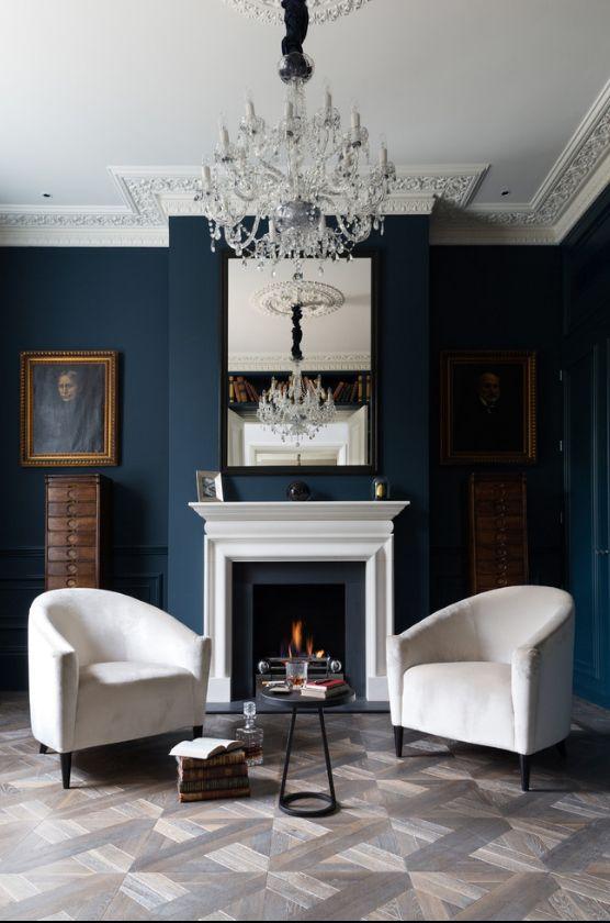 Классическая гостиная с темными синими обоями и белой мебелью