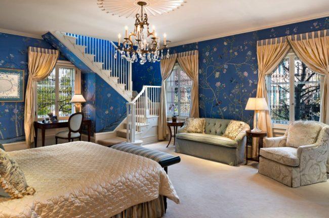 Синие обои с цветочным принтом и золотыми шторами в интерьере