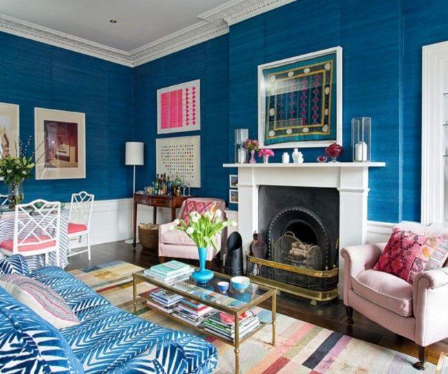 Синий цвет в гостиной можно разбавить контрастными оттенками - розовым, белым и другими