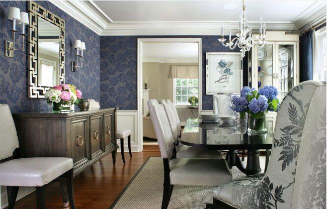 Обеденная комната с темными синими обоями в классическом стиле