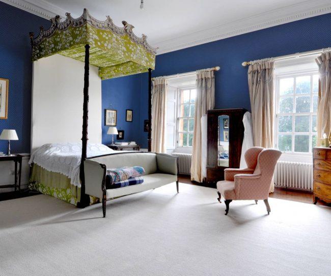 Бежевые шторы и синие обои - классическое сочетание в спальне