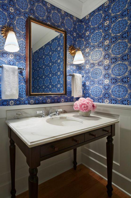 Синие обои красиво смотрятся в классической ванной