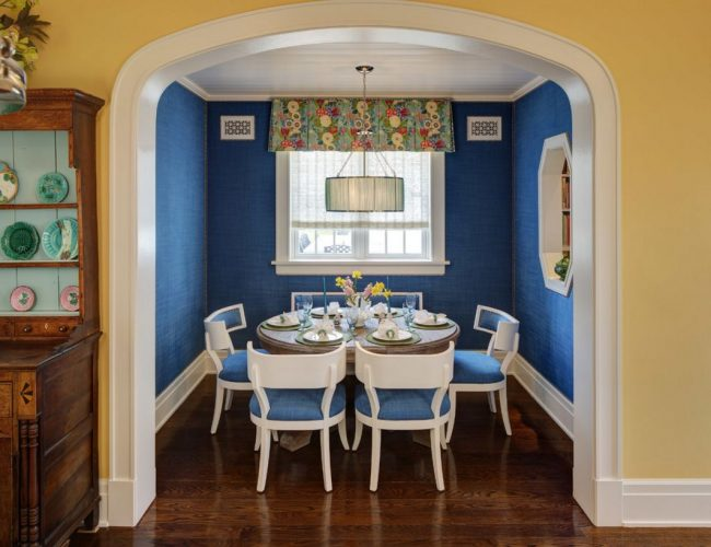 Синий поможет разделить кухню на зоны: оформление обеденной зоны в синем цвете