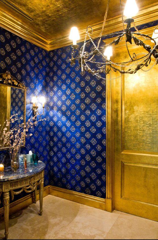 Контрастная гостиная: темные синие обои с принтом и золото в интерьере