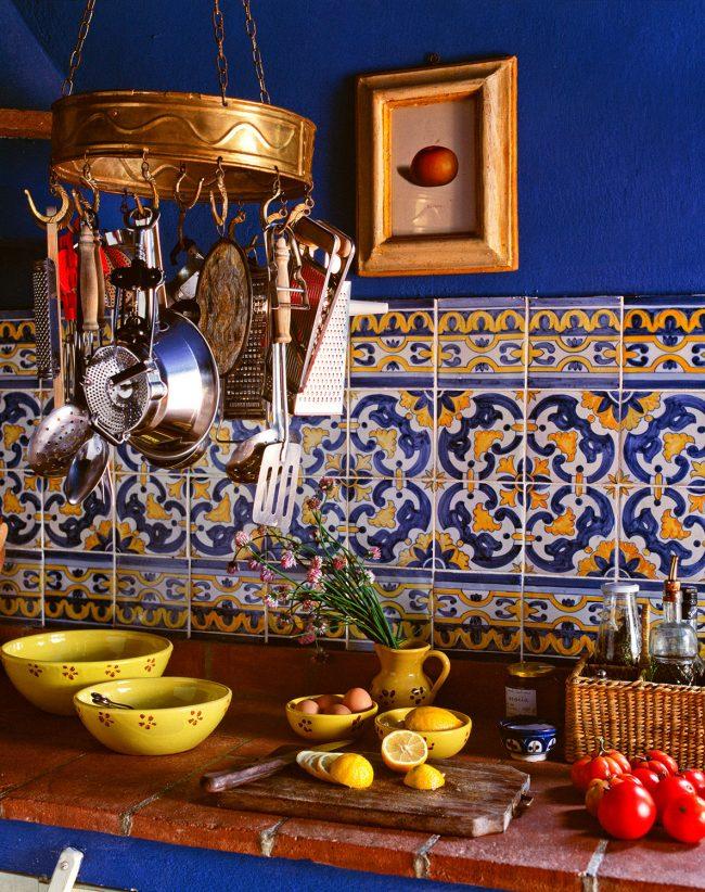 Очень свежий вариант оформления кухни. Сочные синий и желтый цвета довольно эффектно выглядят на контрасте