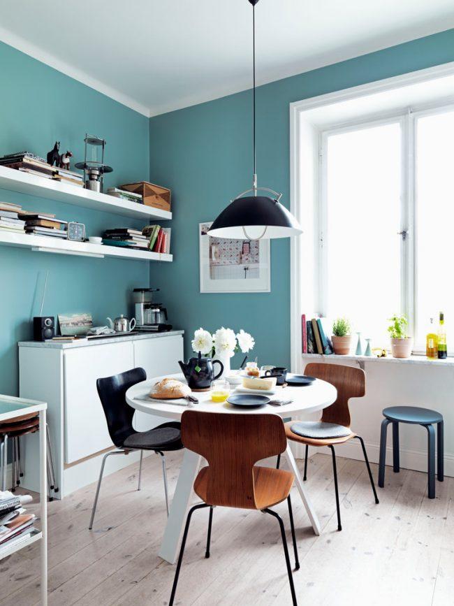 Уютная кухня в светлых тонах. Нежный пастельно-голубой цвет на стенах создает особую атмосферу